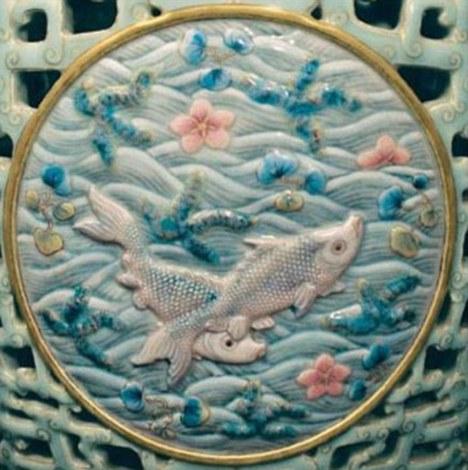 на вазі переважає мотив риб