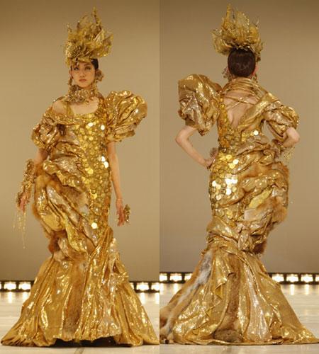сукня від токійської школи моди, оздоблена австрійськими золотими монетами
